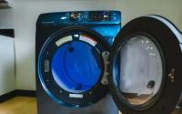 翻转冰箱和洗衣机或烘干机的门方便取用
